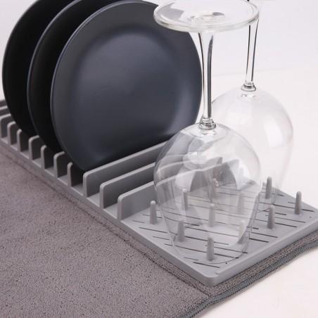Égouttoir gris avec assiettes et verres