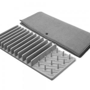 Égouttoir gris et tapis gris plié côte à côte
